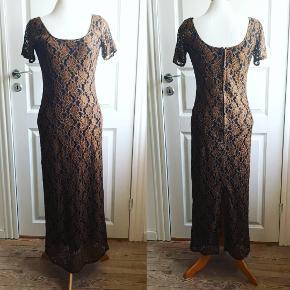 Skøn blonde kjole fra Lauritz i viskose. Længde 125 cm.