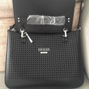 Helt ny Guess crossover taske til salg - med så fede detaljer! Helt ny, aldrig brugt. Pung og taske i en. Mega smart, da pungen kan tages af hvis man ønsker det ❤️