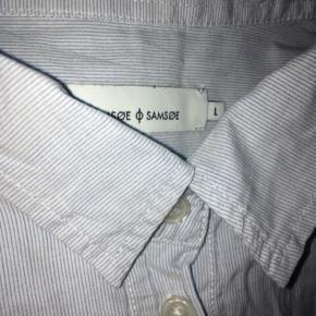 Flot skjorte fra Samsøe 💙   - str. L - lyseblå og hvide - tynde striber - brugt, men i rigtig pæn stand  Nypris 699,-  Se også mine andre fine annoncer. Sælger billigt ud og giver gerne mængderabat 🧚🏼♀️