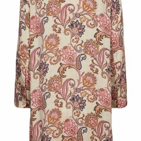 Helt ny super smuk kjole fra Mos Mosh i str. XS, men kjolen er oversize så vil sige at S og M også kan passe kjolen 💕🌸