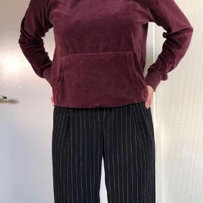 Velour hættetrøje - passes af en S.  Aldrig brugt, den er helt som ny.  30 kr + fragt