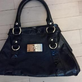 Brand: Versace jeans Varetype: fin håndtaske Størrelse: oz Farve: sort Prisen angivet er inklusiv forsendelse.