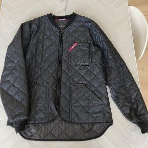 Fed Engel termojakke. Lækker varm og passer perfekt til at have en hoodie indenunder. Modellen sælges ikke længere. Den er som ny, brugt meget få gange.  Størrelse XL - fitter true to size.   Nypris 800kr
