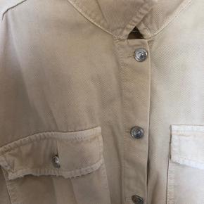 Tyndere denim jakke. Jeg tager ikke billeder med tøjet på, eller måler.