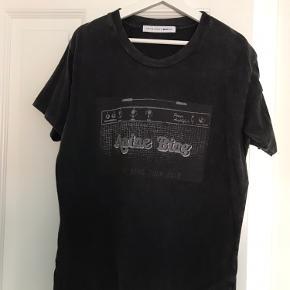 Cool Gina Tricot x Anine Bing t-shirt fra deres kollektion i 2018.   Lavet i det lækreste bomuld - ikke sådan noget tyndt sjasket noget.   Størrelsen er oversize og passer derfor S-M-(lille L).   Fremstår som ny, brugt 2-3 gange.