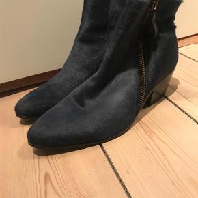 "Varetype: Ankelstøvler Farve: Blå Prisen angivet er inklusiv forsendelse.  Fede støvler i mørkeblå ""ponyskin"", lille hæl og lynlås i siden. De er små i størrelsen.  Jeg er en normal 39, lidt bred fod, og de er for små. Så vil mene de passer en str.38 eller en smal 39."
