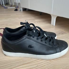 Skoen er en størrelse 42, men jeg bruger selv 40-40,5 og kan sagtens bruge dem, selvom de er lidt for store til mig. Ingen tegn på slid og er gået med 3 gange