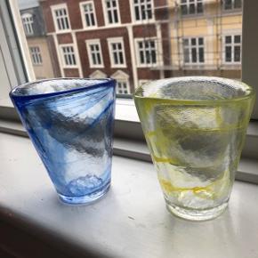 To smukke glas fra svenske kosta boda med swirl glasur - gul og blå. Serien hedder mine.   Er formgivet af ulrika hydman vallien. Højde 11,5 cm og 9,5 i diameter. Prisen er 80kr pr stk og kan sendes.  Købt hos den populære kiosk48th. Ikke brugt.
