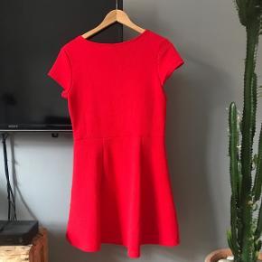 Rød kjole fra H&M. Kan sagtens passes af mindre og støtter størrelser, da der er stræk i.
