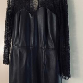 Meget smart, elegant - den lille sorte kjole lavet af kunstlæder kombineret med blonder, med lynlås på ryggen, pænere i virkeligheden, kjolen kan bruges til enhver lejlighed.  Aldrig brugt.  Zara str. L men passer til str. M   Hvis du leder efter noget specielt, anderledes, så er dette den bedste tilbud😊  Kom eventuelt med en realistisk BYD  Hvis du er interreseret i den sorte kjole lavet af kunstlæder fra Zara  str. M / str. 38 sender jeg gerne nøjagtige mål og flere fotos.  Oprydningssalg, tages ikke retur, pris plus fragt. Puma sneaker str. 38 Custommade sweater str. M  og Puma bluse str. M følger ikke med, men kan tilkøbes.   Mængderabat gives, se også mine tasker, sko og tøjtilbud 😊
