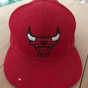 New Era Cap i rød str. 7 1/8 Chicago bulls, NBA   Har en lille fejl foran på skyggen. En lille hvid skade, som var der fra ny.
