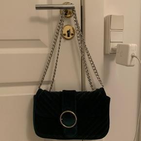 - Super fin taske fra Gina Tricot, specielt til lidt finere begivenheder - Ser mere sort ud på billedet, men er mørkegrøn velour  - Remmen/kæden kan justeres til at være kort/lang - Brugt så få gange, at jeg synes den fortjener et nyt hjem :)  - Passer til småting som telefon, nøgler, kort, parfume osv.