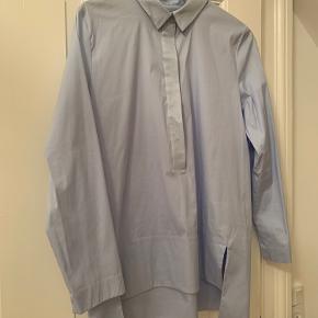 Super fin helt ny skjorte fra COS i klædeligt snit