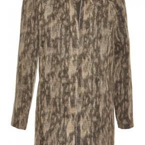 Smuk jakke fra philosophy blues original / PBO i en str.38, jakken er kun prøvet på, men aldrig gået med så derfor fremstår den helt ny :)  Nypris: 2500 kr.  Jeg bytter ikke, respekter venligst dette. Samtidig betaler køber gebyr ved tshandel (sælger og køber)