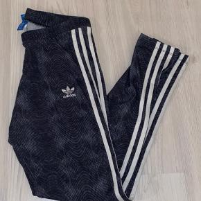Lækre Adidas træningstights / bukser i str. S med flot slangeskindsmønster. Næsten ikke brugt.