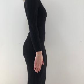 Sort lang tætsiddende kjole i xs. Fungere som en xs-XL da stoffet er meget trækkeligt.  150kr eks fragt.    Tjek mine andre annoncer ud! Sælger kjole/ sommerkjole, bla stramme kjoler, designmærker, ægte smykker, bla fra Camille Brinch, ur, blå fede jeans, top og nederdel mv.... Giver mængderabat🌸🌸