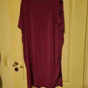 Geometrisk design. 2 mørke pletter på kjolen - ej forsøgt fjernet. Vist på billedet   Alting kommer fra røgfrit hjem. - sender gerne med dao og kig gerne mine andre annoncer, så finder vi en god pris. Alle bud er velkommen.