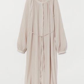 Helt ny kjole fra H&M stadig med prismærke og aldrig blevet brugt - kan ikke længere returnere den desværre. Bytter ikke og sender kun på købers regning 😊 nypris 450kr