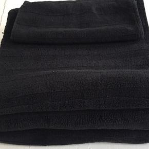 2 store badehåndklæder. I god stand uden mærker sælges blot pga. pladsmangel😊