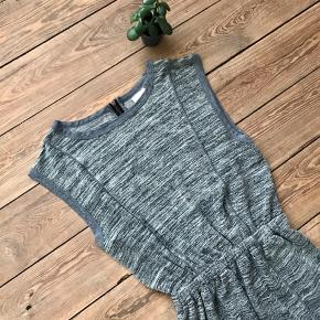 🙏🏼 ALT SKAL VÆK - SÆLGER BILLIGT 🙏🏼  👗 Fin kjole i lækker blødt materiale  👠 Selected Femme 👚 Str. M (kan også passes af en S) 👑 Den er i super god stand   🔥Se også mine mange andre annoncer og følg mig gerne - der kommer løbende nyt🔥