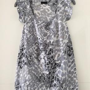 Vero Moda top med mønster i 100% polyester. Er som ny.