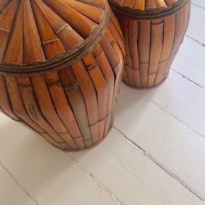 2 stk. træ beholdere til planter eller anden beholdningskrukker. Har plast indeni. Som nye. Mål: 48x30 o 40x21 cm