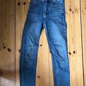 Jeans fra BDG i størrelse 24/32 (model: girlfriend)