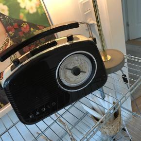 Retro Højtaler/ radio købt i Bilka for 2 år siden. Spiller med bluetooth, virker både med stik og trådløst på batteri. Nypris var 600kr