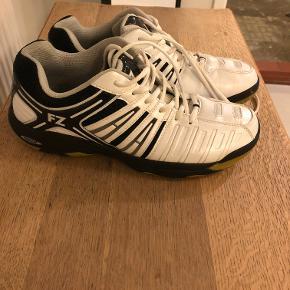 Sælger disse indendørssko, der er gode til badminton og håndbold, da jeg er vokset ud af dem. Nåede ikke at bruge dem i mere end et par måneder, da de var købt lidt for små. Str: 46