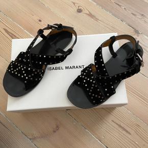 Fine ruskinds sandaler med nitter fra Isabel Marant. De lukkes med spænde i siden. Modellen hedder Jano.  Er brugt få gange og fremstår derfor i rigtig fin stand.  Nypris 3400kr  Mindste pris ca. 800kr  Bytter desværre ikke - respekter venligts