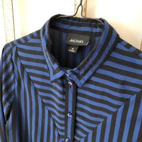 Monki skjorte str. XS Passer også str. S  💰💸💶 Betal dine køb med kontanter på beløbet og få 20% i rabat på den aftalte købspris!