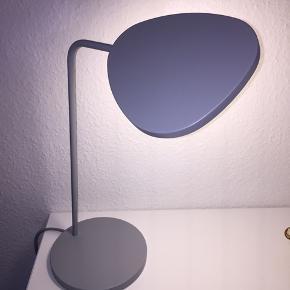 Lysgrå bordlampe fra Muuto. Modellen hedder Leaf. Kun stået til pynt og uden brugstegn. Nypris 1300 kr   Mål: højde 41,5 cm, skærmdiameter 18,5 cm