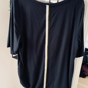Sød bluse med bånd forneden og sød effekt på ryggen