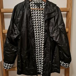 Black Scale jakke med hætte.