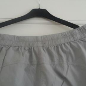 Dejlig lette sommerbukser i god kvalitet fra Oska med elastik i linningen bagpå. Str.3. Svarer til 42/44. Købt sidste sommer. Får dem ikke brugt, derfor må de videre:)
