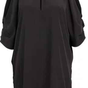 Flot sort kjole med bare skuldre og halterneck effekt.  Str. S/M.  Materiale: 100% vasket polyester.  Brugt få gange. Rigtig fin stand.