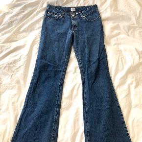 Vintage jeans fra Calvin Klein. De har en virkelig flot pasform - mid waist og bootcut forenden. Farven er forvasket mørkeblå. Sindssygt flotte!  De sælges, da jeg desværre ikke kan passe dem i taljen, som det også kan ses på billederne (jeg bruger normalt w24-25). Jeg er 1.65 cm.