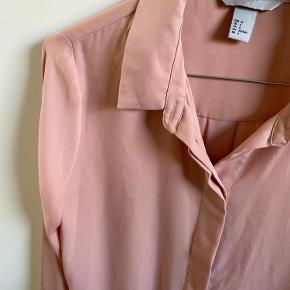 Silkelignende skjorte.  Aldrig brugt. Fra ikke-ryger hjem.