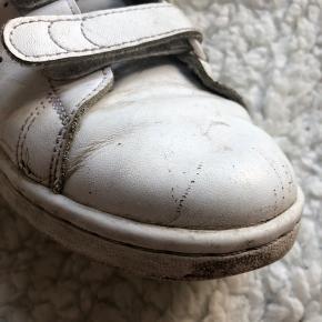 Sælger mine ynglings sko. De er godt brugt og får self en vask inden.  Np: 800kr omkring  Mp: 250kr