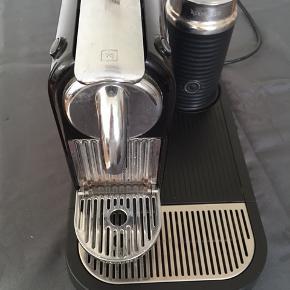 Sælger denne Nespresso maskine. Den fungere som den skal men er brugt. Kapslerne kan man få med, hvis det ønskes. Det er kakao og India kaffe kapsler.  Afhentes i Kbh NV