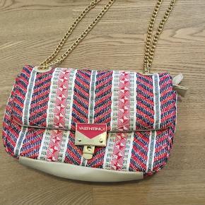 Fin taske fra Valentino, dustbag følger med. Brugt en gang så fremstår som ny. Måler 30•18.