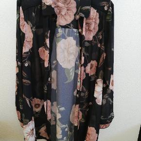 Super flot lang skjortebluse eller skjortekjole, som nemt kam bruges som kimono / cardigan. Aldrig brugt eller vasket, men mærket er pillet ud. Størrelse. Hedder S (42/44)