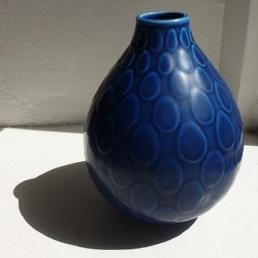 Aluminia ( Royal Copenhagen) Marselis vase af Nils Thorsson fra 1953. Des. 2633. Den har en lille boble / brændingsfejl, se nærbillede. Den er kun til afhentning på Nørrebro.