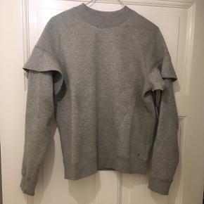 Tommy Hilfiger Sweatshirt. Så god som ny. Den passer nærmere en str S  Materiale: 64% bomuld 36% polyester