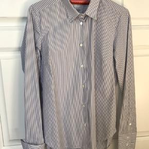 Fantastisk lækker og klassisk stribet herreskjorte (til kvinder) fra Britt Sisseck. Hendes ikoniske model med den brede manchet. Brugt og vasket 1 gang. Fuldstændig perfekt stand.  Se mine andre annoncer!