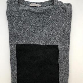 Varetype: T-shirt Farve: Grå Oprindelig købspris: 400 kr.  Lækker t-shirt fra Calvin Klein. Købt i Salling Aarhus og brugt få gange. Nypris 400,00.