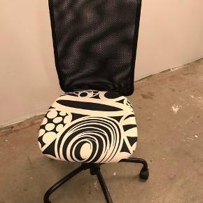 Kontorstol med hjul fra IKEA. Kan justeres i højden. Fra ikke ryger hjem. Sælges grundet pladsmangel. Afhentes i Aarhus C.