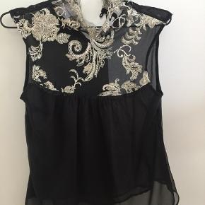 Super fin bluse / top fra Stasia der lukkes med de smukkeste knapper.   Har kun været brugt en enkelt gang.   Sendes mod betaling.