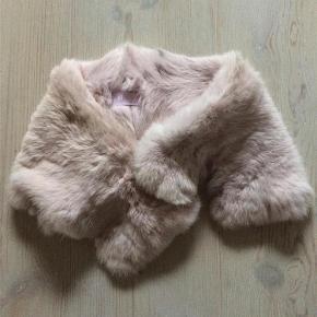Varetype: Flot rosa pelskrave Størrelse: ** Farve: Rosa  Pelskrave som lukkes med hægte - se billede  Handler gerne via mobilpay - ellers plus gebyr :)  Spørg og byd.......
