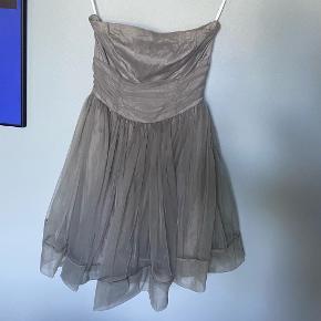 Fin grå/sølv farvet kjole fra H&M i str. 36. Kjolen er brugt en gang til galla, og fremstår derfor næsten som ny.  Kjolen består af en underkjole og to lag blødt tyl udenover.